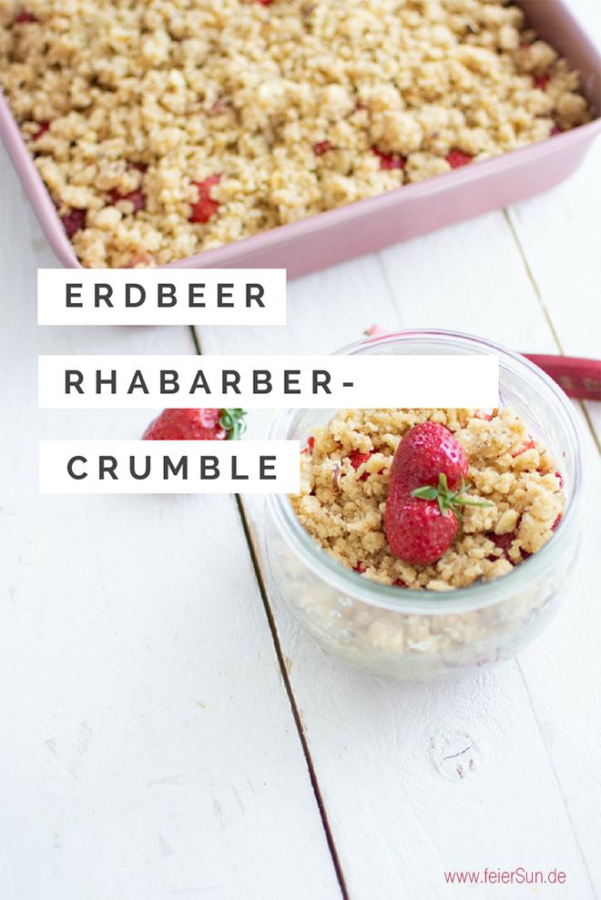 Erdbeer-Rhabarber-Crumble fertig fotografiert im Glas