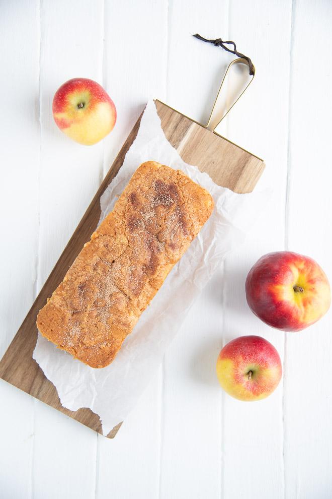 Dieser Apfelrührkuchen mit Zimtkruste ist leicht und saftig und super lecker. Er ist der perfekte Kuchen, nicht nur für Sonntags und du hast bestimmt alle Zutaten für dieses Rezept im Haus. #feierSun #Apfelrührkuchen #Rührkuchen #apfelkuchen