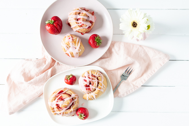 Im Frühjahr, wenn Erdbeeren Session haben, muss einfach ein Rezept mit diesen köstlichen Sommerfrüchten her. Sommerliche Erdbeer-Schnecken die nach mehr als nach Sommer schmecken denn diese veganen strawberry rolls sind die sommerlichen cinnamon rolls. #feierSun #veganbacking #veganeHefeschnecken #feierSunFood
