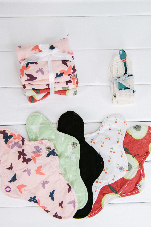 Zerowaste an allen Tagen. Monatshygiene ohne Müll geht mit waschbaren Slipeinlagen, Stoffbinden und einer Menstruationstasse ganz leicht.